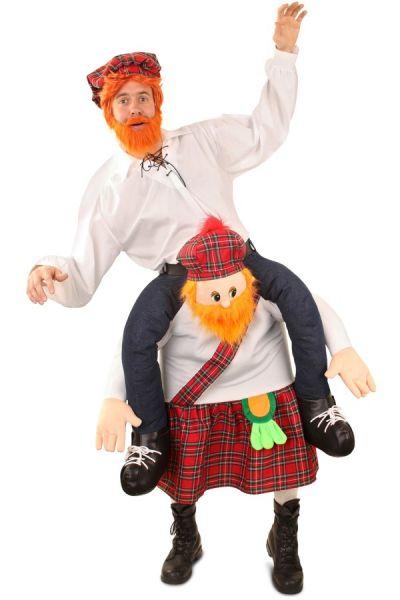 Grappige Piggyback gedragen me Schotse man kostuum